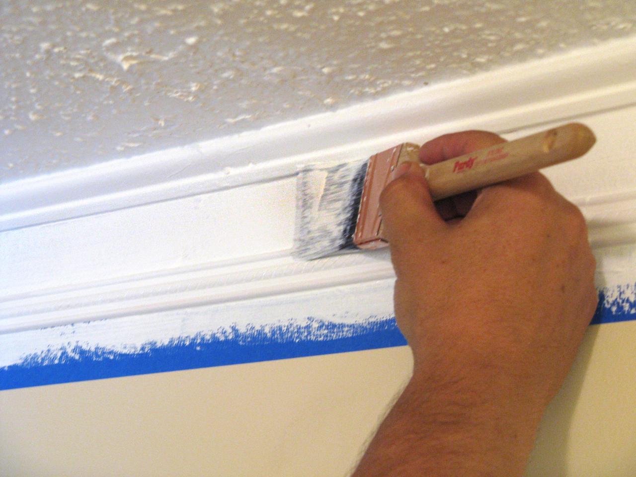 Покраска потолочного плинтуса при помощи кисти