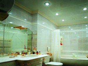 натяжной потолок в ванну-глянец